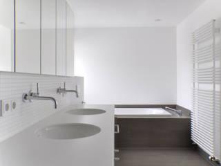 Wohnhaus, Riemerling: moderne Badezimmer von Löffler Weber | Architekten