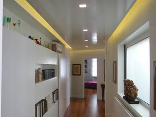 Pasillos y vestíbulos de estilo  de Studio Racheli Architetti, Moderno
