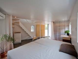 Recámaras de estilo moderno por 水石浩太建築設計室/ MIZUISHI Architect Atelier