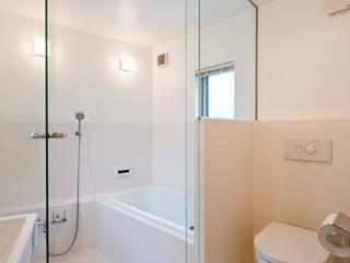 堀ノ内の住宅: 水石浩太建築設計室/ MIZUISHI Architect Atelierが手掛けた浴室です。,