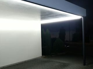 Lichtinstallation am Carport einer Bauhausvilla Moderne Garagen & Schuppen von LIEHT – Die Lichtmanufaktur Modern