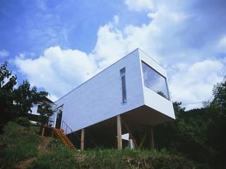 山の中にスッポリ建つ喫茶店、[ 喫茶陶花 ]: 宮城雅子建築設計事務所 miyagi masako architect design office , kodomocafe が手掛けた商業空間です。,ミニマル