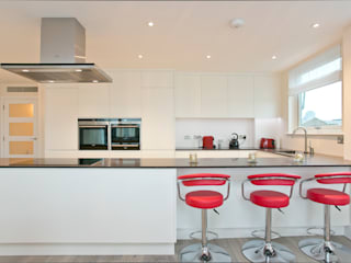 Kitchen breakfast bar Cocinas de estilo moderno de Temza design and build Moderno