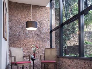 Pasillos, vestíbulos y escaleras modernos de Blacher Arquitetura Moderno