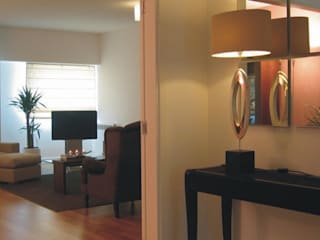 Apartamento c/ 2 quartos - Parque das Nações, Lisboa: Corredores e halls de entrada  por Traço Magenta - Design de Interiores