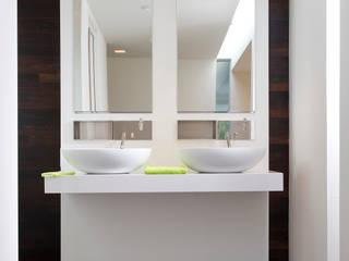 Hout op de vloer en tegen de wand: moderne Badkamer door Pruysen Parket BV