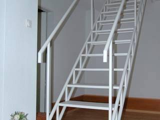 Stahlblechtreppe Treppenbau Diehl Industrialer Flur, Diele & Treppenhaus