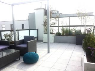 Minimalistischer Balkon, Veranda & Terrasse von GREENERIA Minimalistisch