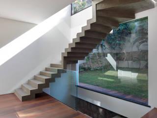 Minimalist corridor, hallway & stairs by House in Rio Minimalist