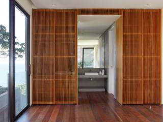 Acesso banho suite: Banheiros  por House in Rio,Moderno