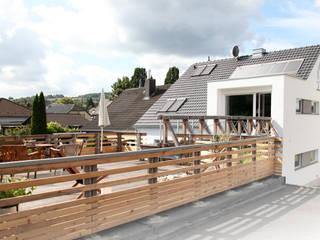 Terrasse mit Steg: moderne Häuser von unger architekten