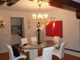 particolare della zona pranzo: Sala da pranzo in stile  di a! atelier