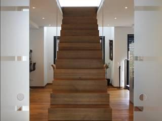 freistehende Faltwerktreppe:  Flur & Diele von Treppenbau Diehl
