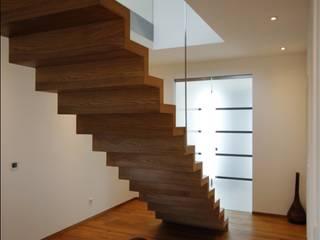 Skulpturale Faltwerktreppe Treppenbau Diehl Kolonialer Flur, Diele & Treppenhaus