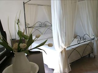 B&B LA TORRE: Camera da letto in stile  di Ilaria Panchetti Architetto