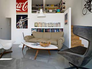 soggiorno: Soggiorno in stile in stile Moderno di alloridesign