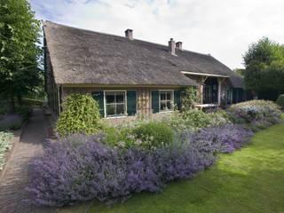 Classic style garden by Meeuwis de Vries Tuinen Classic
