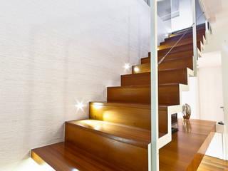 particolare scala mansarda Andrea Stortoni Architetto Ingresso, Corridoio & Scale in stile moderno