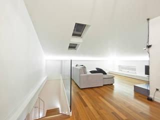 mansarda: Soggiorno in stile in stile Moderno di Andrea Stortoni Architetto