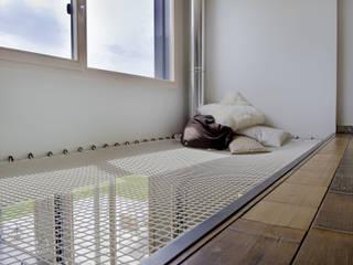 Maison imbriquée: Couloir et hall d'entrée de style  par atelier—ZOU