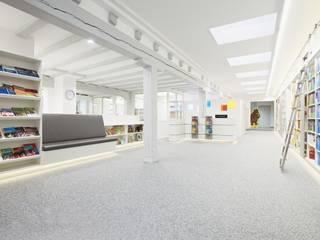 Verkaufsraum mit Bibliothekswand:  Ladenflächen von das innenarchitekturbüro monika slomski