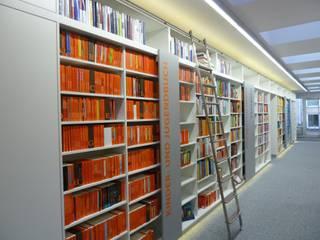 Bibliothekswand hinterer Bereich mit Bibliotheksleiter:  Ladenflächen von das innenarchitekturbüro monika slomski