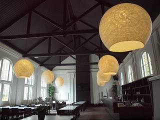 Acht grote vilten lampen in de ruimte:  Evenementenlocaties door Vilt aan Zee