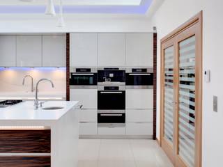Evolve kitchen with Ebony Macassar accents design by Phillip Haines: minimalistic Kitchen by Stoneham Kitchens