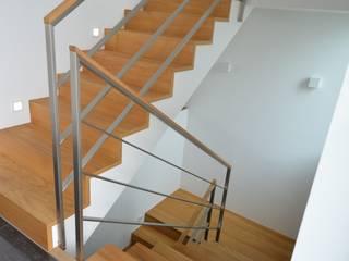 gefalteter Betontreppenbelag aus Eichenholz:  Flur & Diele von Treppenbau Diehl