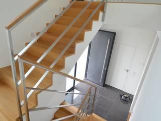 gefalteter Eichestufen-Belag :  Flur & Diele von Treppenbau Diehl