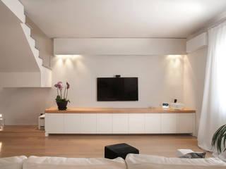 Casa Privata: Soggiorno in stile  di Costanza Mansueti