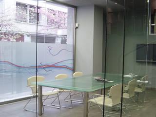 Reforma de un local comercial reconvertido a oficinas Oficinas y tiendas de estilo moderno de Aram interiors Moderno