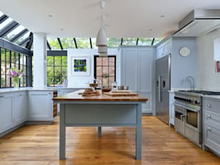 'Vivid Classic' Kitchen: classic Kitchen by Vivid line furniture ltd