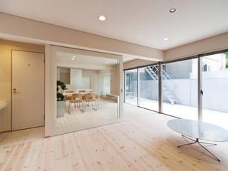家族を育む家: アーキ・アーバン建築研究所+中出喜美男が手掛けたリビングです。,