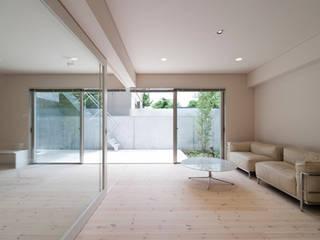 家族を育む家 モダンデザインの リビング の アーキ・アーバン建築研究所+中出喜美男 モダン