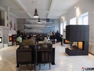 Czarne płyty z betonu architektonicznego na kominki Nowoczesny salon od Luxum Nowoczesny