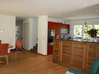 Blick in die offene Küche:  Häuser von haab schneider architekten