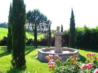 Fontaine centrale en pierre installée dans un jardin Jardin méditerranéen par Provence Retrouvée Méditerranéen