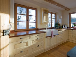 Country style kitchen by Beinder Schreinerei & Wohndesign GmbH Country