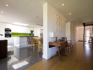 Calderwood Pasillos, vestíbulos y escaleras de estilo moderno de Designscape Architects Ltd Moderno