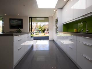 Calderwood 現代廚房設計點子、靈感&圖片 根據 Designscape Architects Ltd 現代風