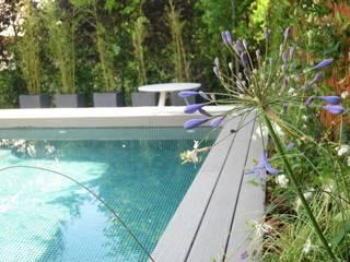 Diferentes proyectos de jardines y terrazas: Piscinas de estilo  de IGLESIAS JARDINERÍA Y PAISAJE