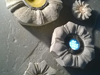 Stone flowers piccole sculture per casa e giardino:  in stile  di stonebreakers