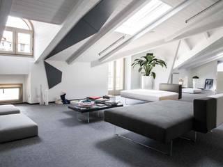 L'ufficio di Ruta 40 Tour Operator, realizzato con LAGO SPA Studio moderno di FRANCO Arch. Emanuele - IDEeA Interior Design e Architettura Moderno