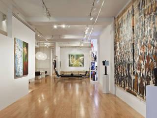 Gallerieraum- Blick vom Eingang des Lofts: moderne Wohnzimmer von Goderbauer Architects