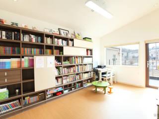 동탄주택: 춘건축의  서재 & 사무실