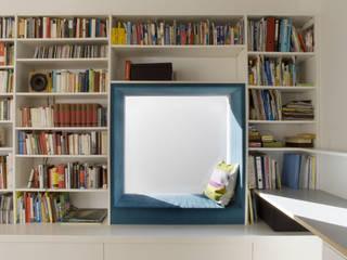 Büroecke im Wohnzimmer mit Alkovenfenster:   von Goderbauer Architects