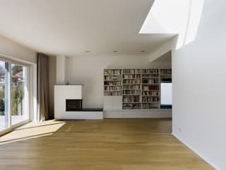 Wohnraum mit Oberlicht: moderne Wohnzimmer von Goderbauer Architects