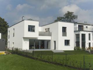 Blick auf die Südwestseite: moderne Häuser von Goderbauer Architects