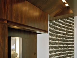 Pasillos y vestíbulos de estilo  por Goderbauer Architects, Moderno